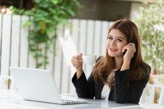 Azja młoda biznesowa kobieta w kawiarni Obrazy Stock