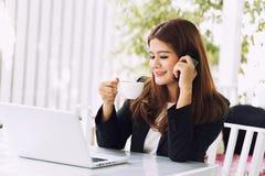 Azja młoda biznesowa kobieta w kawiarni Fotografia Stock