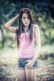 Azja młoda kobieta jest ubranym menchie przekazuje i krótcy cajgi Obraz Stock