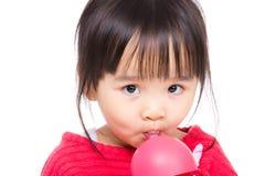 Azja mała dziewczynka pije z bidonem Fotografia Royalty Free