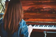 Azja piękna elegancka kobieta bawić się retro pianino w czasie wolnym Obraz Royalty Free