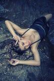 Azja pięknej młodej seksownej dziewczyny łgarski puszek na skale Obrazy Royalty Free