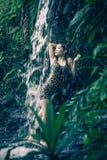 Azja seksowna dziewczyna pod relaksującą gorącą siklawą Zdjęcie Royalty Free