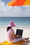 azjaci kobiety działanie na plaży Obraz Stock