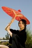 azjaci poza parasolowych młodych kobiet obraz royalty free