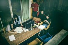 Azjata freelance drużynowy działanie w ministerstwie spraw wewnętrznych Zdjęcie Stock