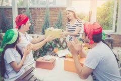 Azjata grupy mężczyzna i kobieta daje ludzie prezenta świętowaniu i pudełku Fotografia Stock