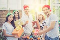 Azjata grupy mężczyzna i kobieta daje ludzie prezenta świętowaniu i pudełku Zdjęcia Stock