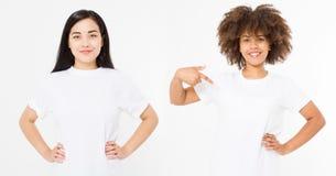 Azjata i amerykanina afrykańskiego pochodzenia kobiety w pustej bielu t koszula odizolowywającej na białym tle Wielo- etniczny i  obraz stock