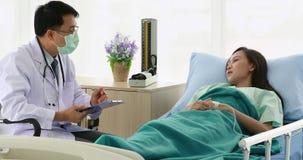 Azjata lekarka egzamininuje pacjenta warunek zdjęcie wideo