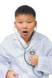 Azjata lekarka odkrywa jego kierowego problem zdjęcia stock