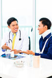 Azjata lekarka pokazuje Radiologiczną fotografię Zdjęcie Stock