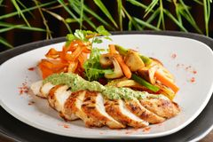 Azjata styl piec kurczaka z cytryny trawy ziele Fotografia Royalty Free