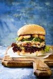 Azjata stylowy łososiowy hamburger z piec na grillu garnelami, gałęzatką, sałatą i korzennym sriracha Mayo kumberlandem, słuzyć n obrazy stock