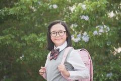 Azjata szkolna dziewczyna z różowego plecaka przyglądający up Zdjęcia Royalty Free