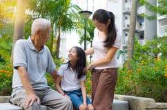 Azjata trzy pokolenia rodzina obraz royalty free