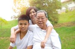 Azjata trzy pokolenia rodzinnego zdjęcie stock