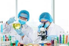 Azjatyccy badacze Niesie out eksperyment zdjęcie royalty free