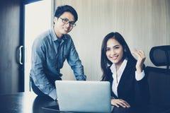 Azjatyccy biznesmeni i grupowy używa notatnik dla partnerów biznesowych Zdjęcia Stock