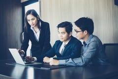 Azjatyccy biznesmeni i grupowy używa notatnik dla partnerów biznesowych Fotografia Stock