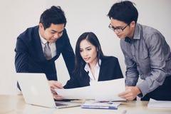 Azjatyccy biznesmeni i grupowy używa notatnik dla partnerów biznesowych Obrazy Royalty Free
