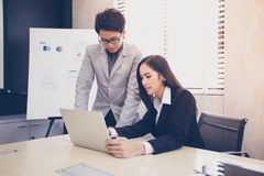 Azjatyccy biznesmeni i grupowy używa notatnik dla partnerów biznesowych Fotografia Royalty Free