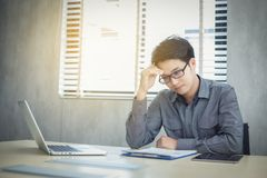 Azjatyccy biznesmeni poważni o pracie robić do migrena Obrazy Stock