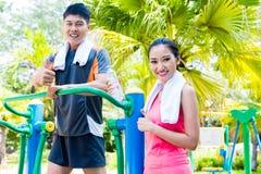 Azjatyccy Chińscy sportów przyjaciele w plenerowym sprawności fizycznej gym obraz royalty free