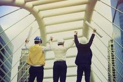 Azjatyccy inżyniery konsultowali wpólnie i planują w budowie Obrazy Stock