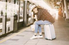 Azjatyccy kobieta podróżnicy, uśmiechają się szczęśliwie chwyt mapa w ręce, Siedzą o obrazy stock