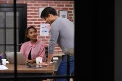 Azjatyccy koledzy dyskutuje pracę używać laptop w biurze obraz stock