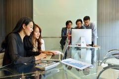 Azjatyccy ludzie biznesu dyskutuje z each inny zdjęcie stock