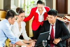 Azjatyccy ludzie biznesu przy spotkaniem w hotelu lobby Zdjęcie Stock