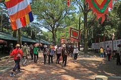 Azjatyccy ludzie odwiedza przeciwu syna antyczną świątynię w Chi Linh okręgu, Hai Duong prowincja Fotografia Stock