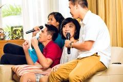 Azjatyccy ludzie target569_1_ przy karaoke przyjęciem Zdjęcia Royalty Free