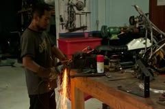 Azjatyccy mężczyzna przy pracy szlifierską stalą zdjęcie royalty free