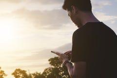 Azjatyccy mężczyzna używają mobilnych mądrze telefony Zdjęcia Stock