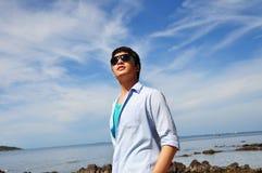 Azjatyccy mężczyzna z niebem Zdjęcia Royalty Free