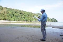 Azjatyccy męscy inżyniery są cierpliwi, zdecydowani i badać surowce naturalnych i rozwijać Zdjęcia Royalty Free
