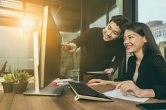 Azjatyccy młodzi freelance mężczyzna i kobieta pracuje na komputerze przy hom Fotografia Stock