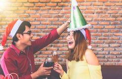 Azjatyccy młodzi ludzie cieszą się przyjęcia gwiazdkowe na ich wakacjach zdjęcia stock