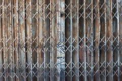 Azjatyccy ośniedziali falcowań drzwi lub tradycyjna brama obraz stock