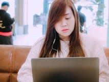 Azjatyccy piękni woman30s 40s z długie włosy słuchają muzykę, u Zdjęcia Royalty Free
