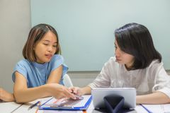 Azjatyccy pracownicy dyskutują o pracie w biurze fotografia royalty free