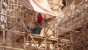 Azjatyccy pracownicy pracuje przy budową zbiory wideo