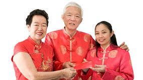 Azjatyccy rodzice daj? czerwieni odkrywaj? c?rka chi?czyka nowy rok zdjęcia stock