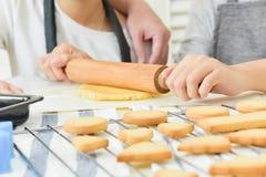 Azjatyccy rodzinni wypiekowi ciastka obraz royalty free