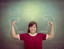 Azjatyccy silni dzieci przeciw blackboard w sala lekcyjnej, edukacja Fotografia Stock
