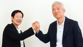 Azjatyccy starsi ludzie biznesu pary mienia ręki dla pomyślnego Obrazy Stock
