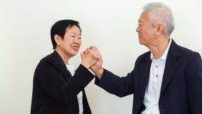 Azjatyccy starsi ludzie biznesu pary mienia ręki dla pomyślnego Obraz Royalty Free